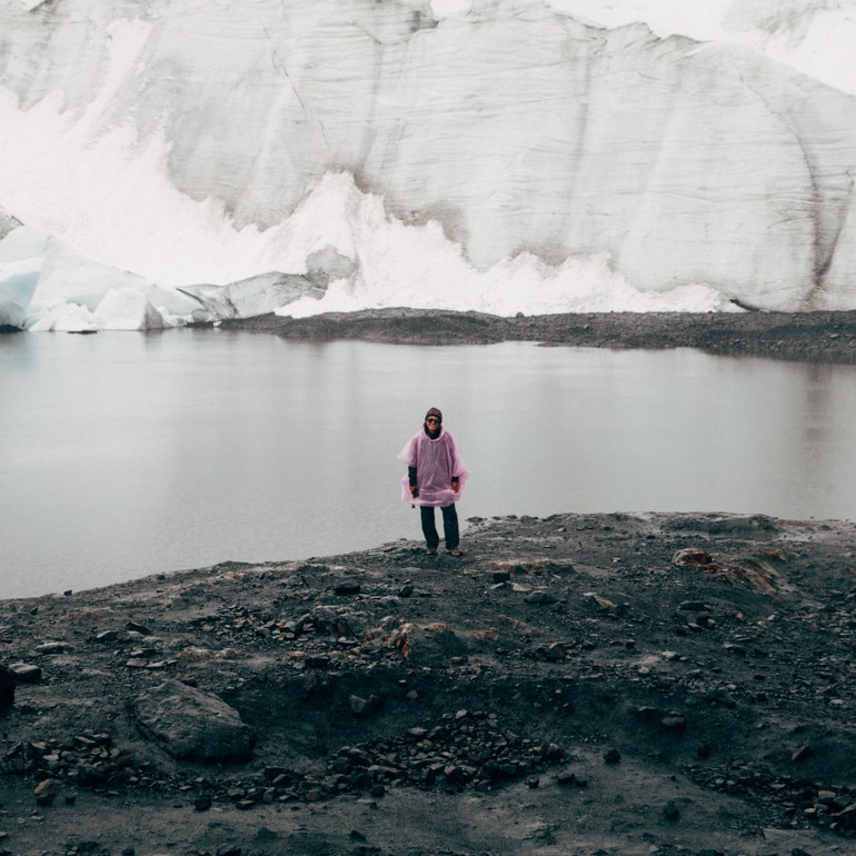 Geise com sua capa de chuva rosa no Glaciar Pastoruri