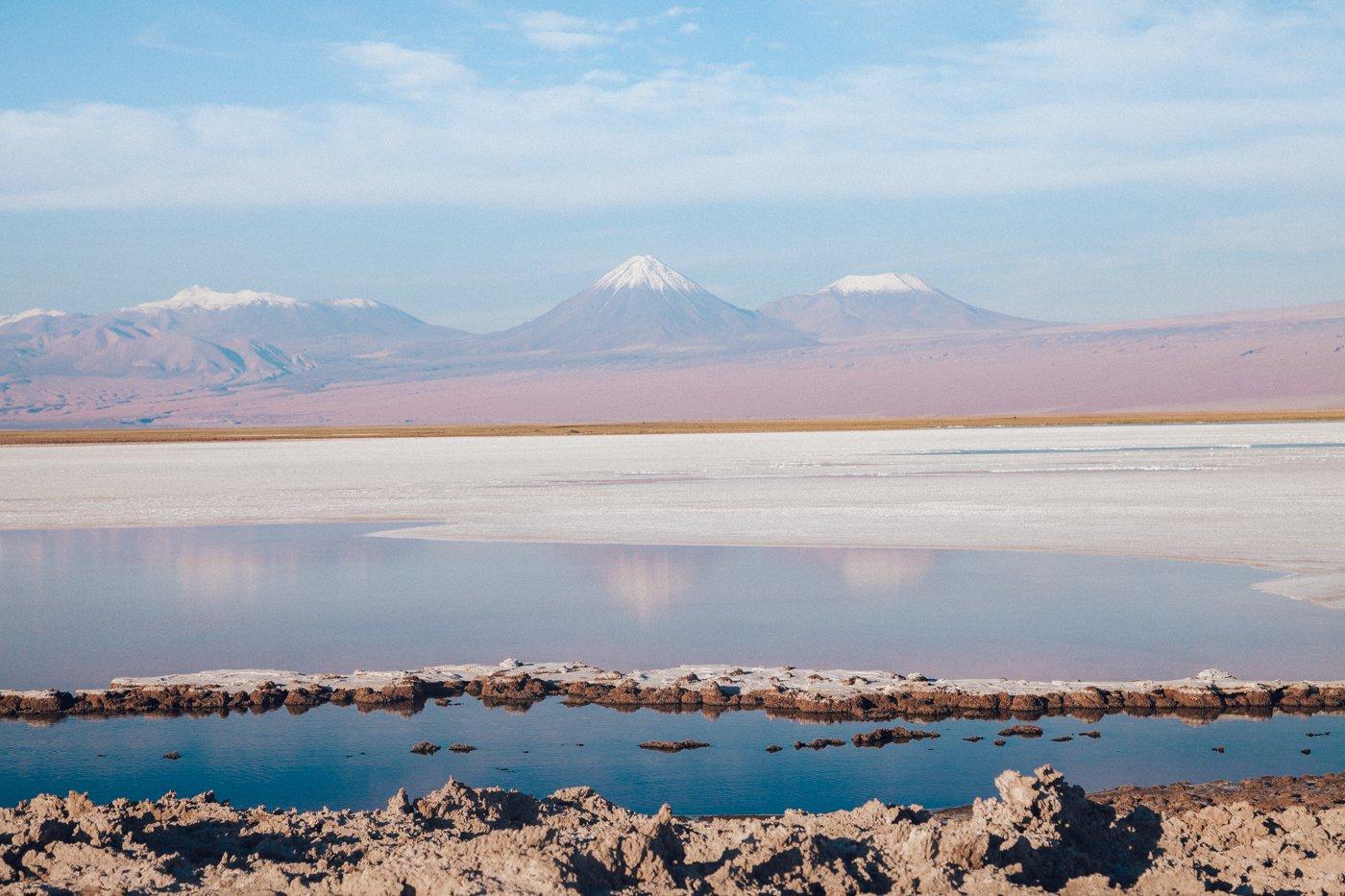 Deserto do Atacama: Laguna Tebinquinche e os vulcões ao fundo (O vulcão mais pontiagudo é o Licancabur, e à direita dele o Juriques)