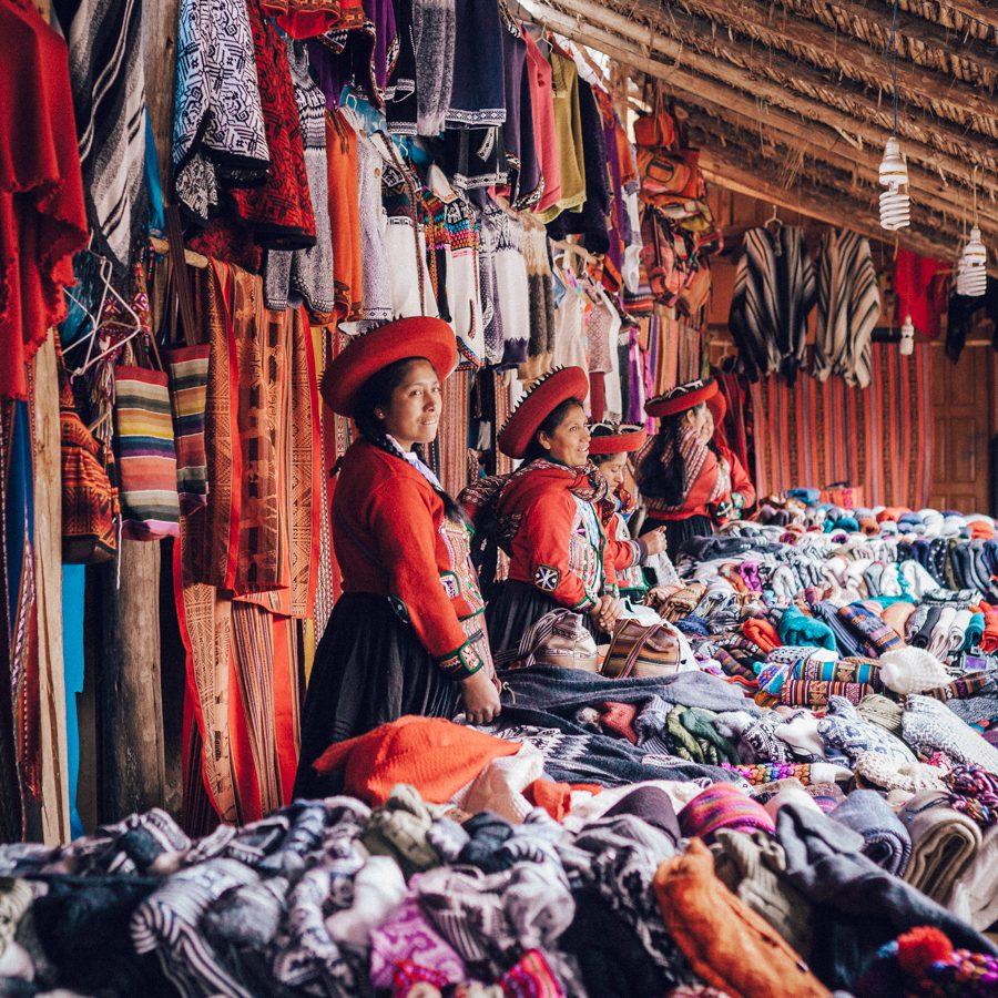 As mulheres de Chinchero vendendo os produtos confeccionados por elas