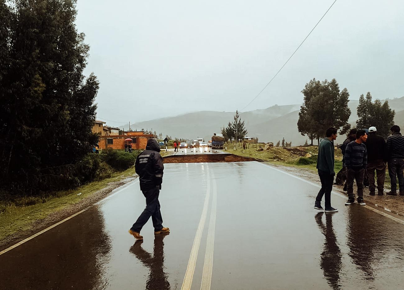 Huayco: Uma imensa vala se formou na rodovia. As pessoas do lado direito estavam observando o terreno desmoronando mais à frente.