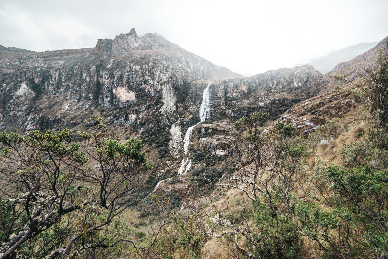 Laguna 69 - cachoeira vista de vários pontos da primeira parte de subida.