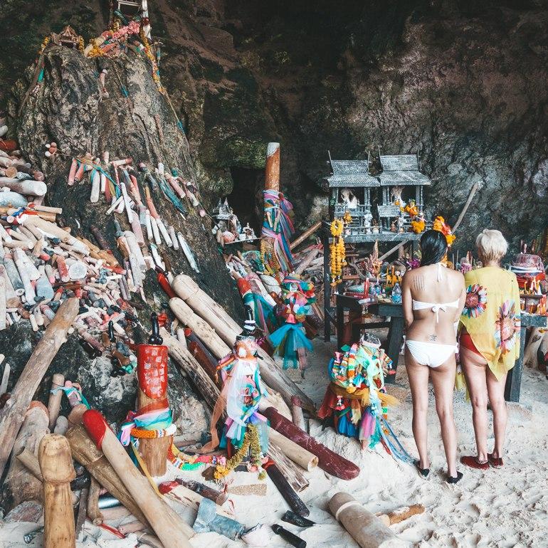 Phra Nang Beach – Dizem que se alguém jogar qualquer objeto fálico no mar ele vai parar diretamente nesta caverna.