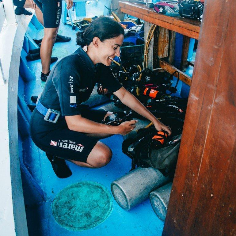 Komodo, indonésia - preparando para o mergulho
