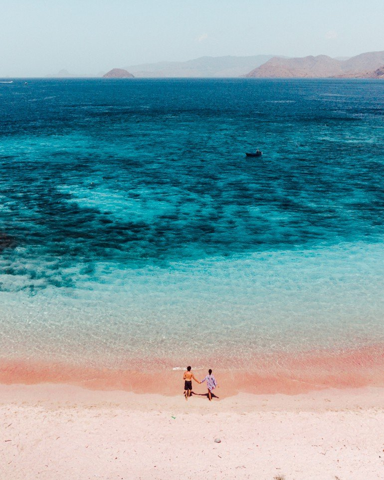 Komodo, Indonésia - praia de areia rosa - pink beach