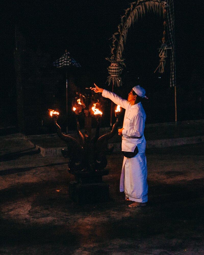 Kecak Dance, Uluwatu, Bali, Indonésia - inicio da apresentação