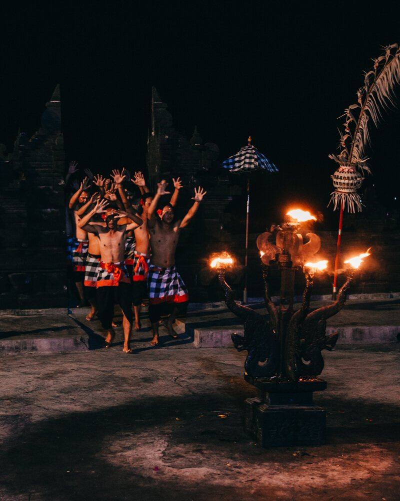 Kecak Dance, Uluwatu, Bali, Indonésia - homens que fazem o coro