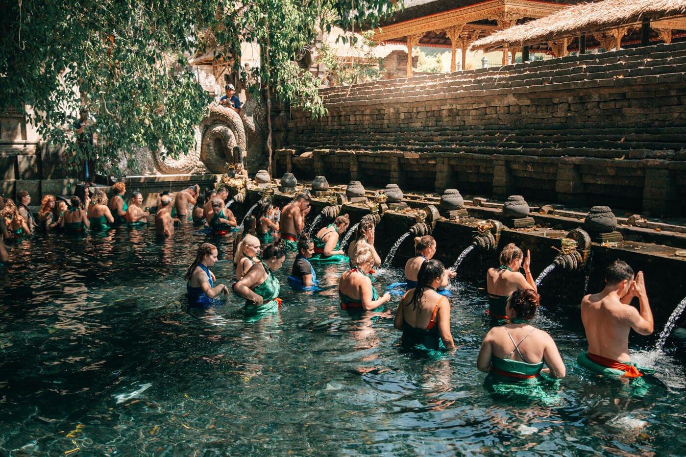 Ritual de Purificação na primeira piscina do Templo Pura Tirta Empul