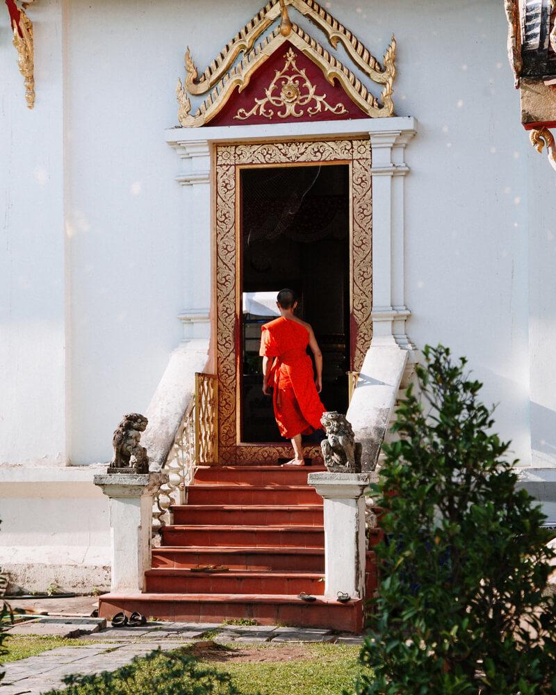 Ching Mai, Tailândia - monge no templo