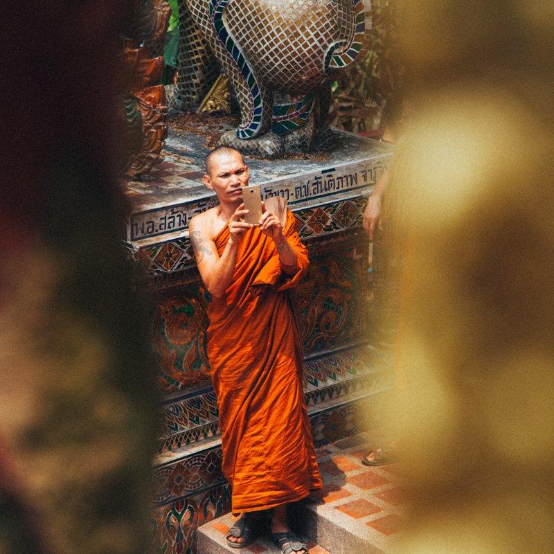 Chiang Mai Tailândia - monge com um celular