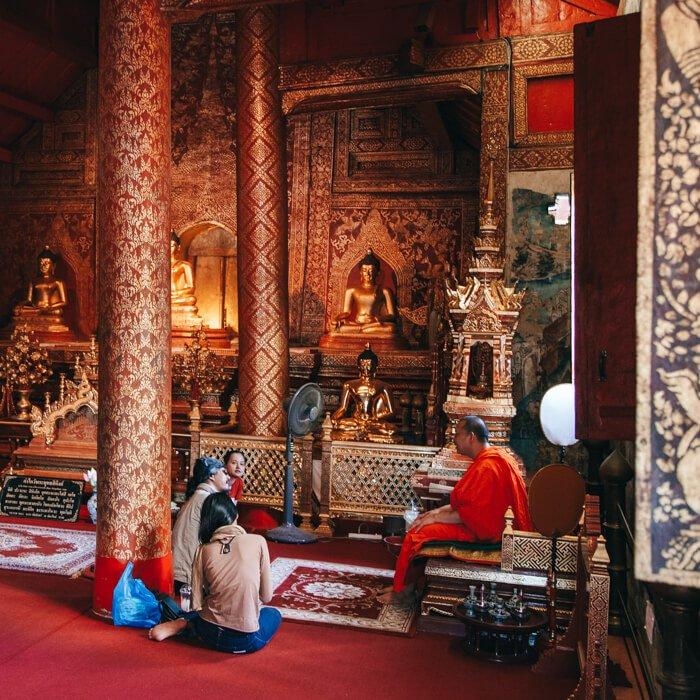 Chiang Mai, Tailândia - Turistas conversando com um Monge