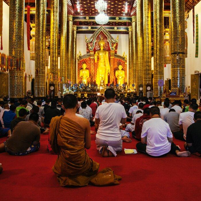 Chiang Mai, Tailândia - Meninos monges rezando