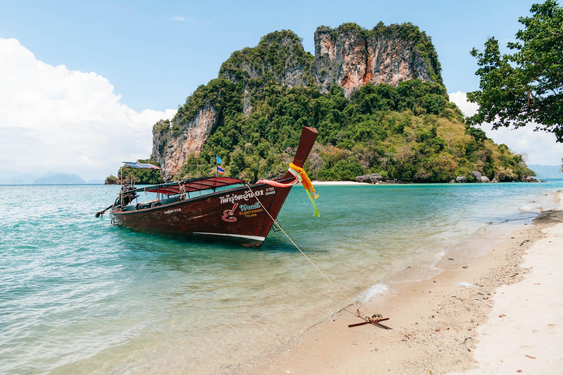 Hong Island: Longtail atracado na Koh Phak Bia
