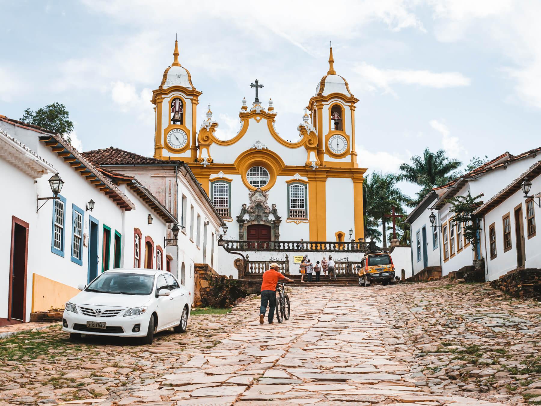 Tiradentes MG: vista clássica da ladeira com a Matriz de Santo Antônio lá no alto