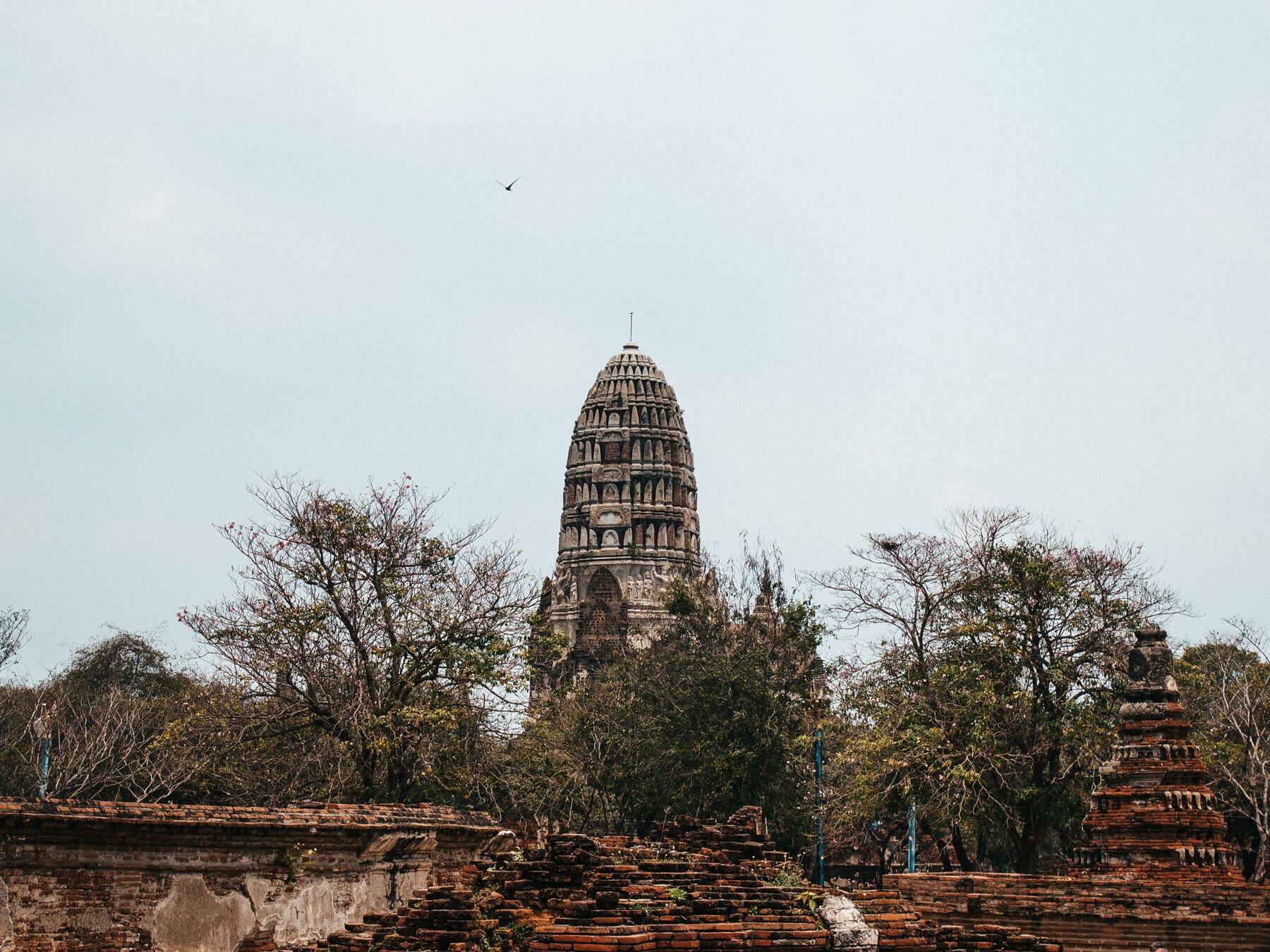 Um das torres da antiga Ayutthaya que ainda permanece em pé