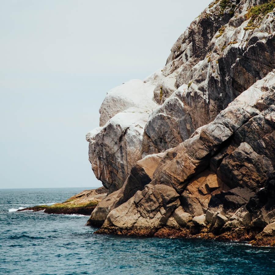 Passeio de barco em Arraial do Cabo: Pedra do Macaco
