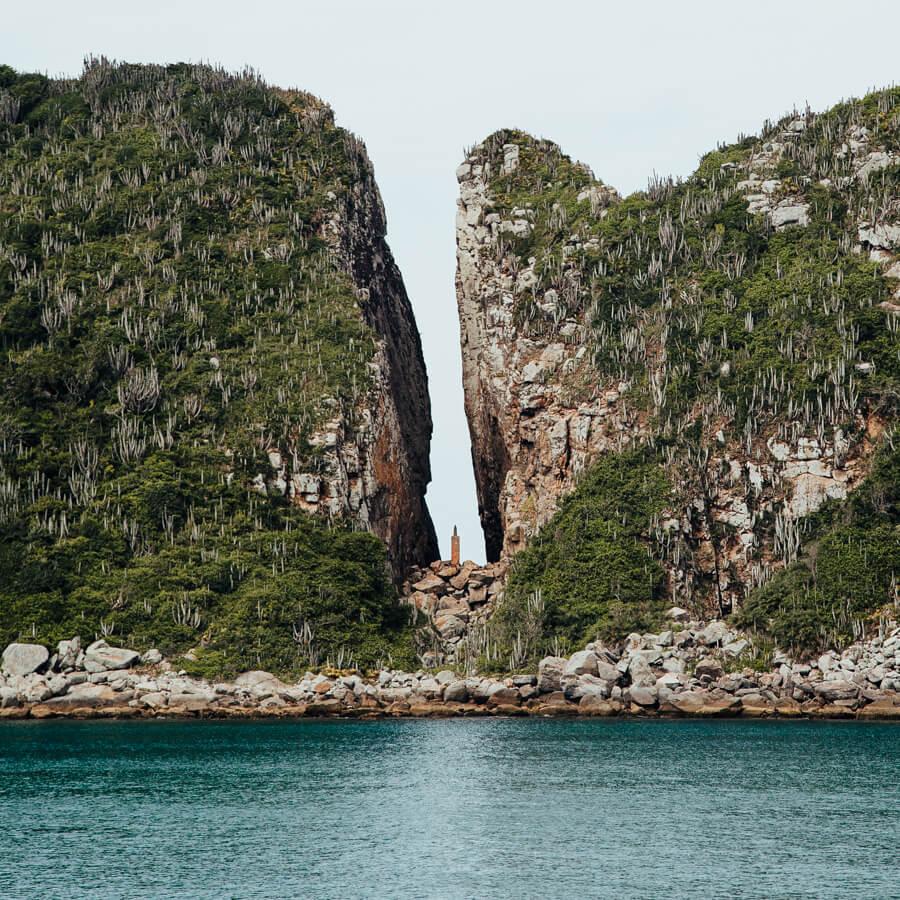 Passeio de barco em Arraial do Cabo: Fenda de Nossa Senhora de Assunção