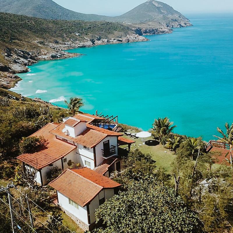 airbnb arraial do cabo - foto aerea da casa com a praia brava ao fundo