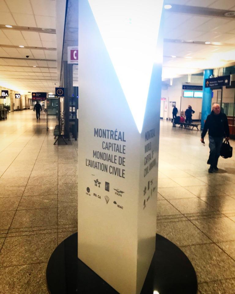 Área de retirada de bagagens do Aeroporto de Montreal