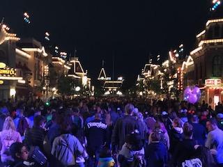 Disneyland lotada na noite do dia 9 de março de 2020