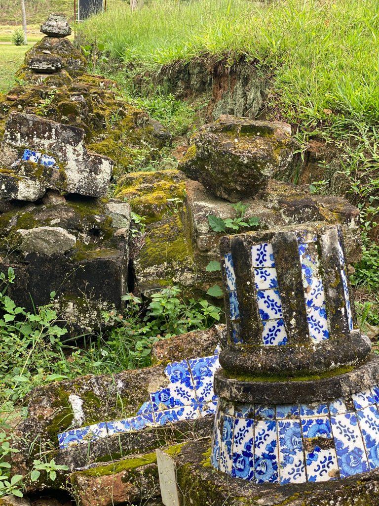 Colunas com azulejos portugueses, encontradas durante as escavações arqueológicas