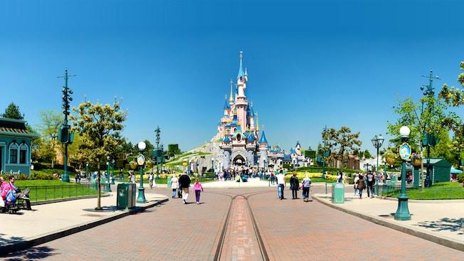 Disneyland Park e o castelo da bela adormecida ao fundo.
