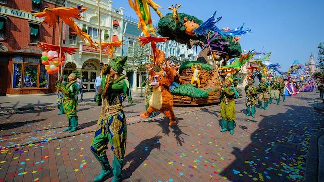 Desfile dos personagens pela rua principal.