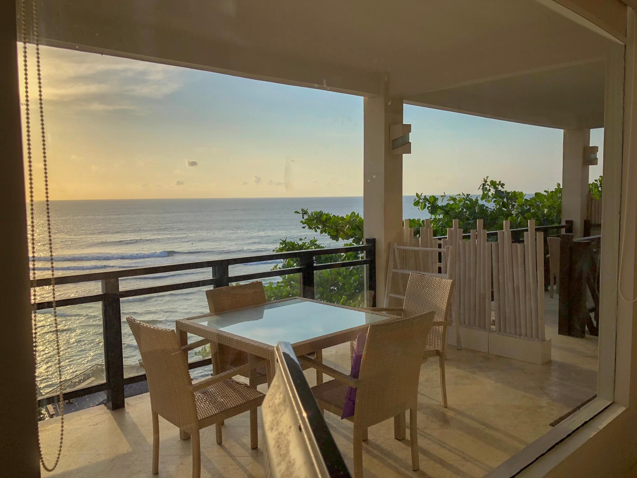 Varanda compartilhada do Uluwatu Cliff Apartment