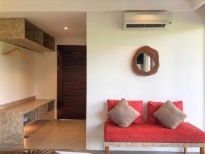 Quarto com sofá no UbudOne Villas