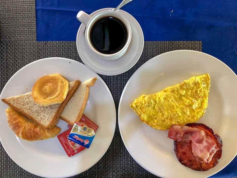 Café da manhã do The Palm Grove Villas