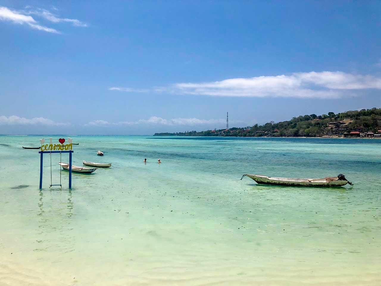 Praia de água cristalina em Nusa Ceningan