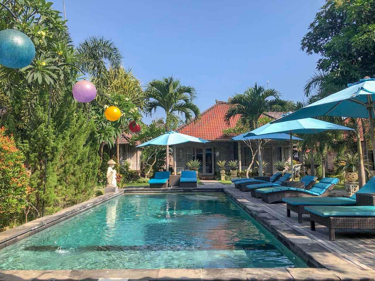 Piscina em frente ao quarto do The Palm Grove Villas