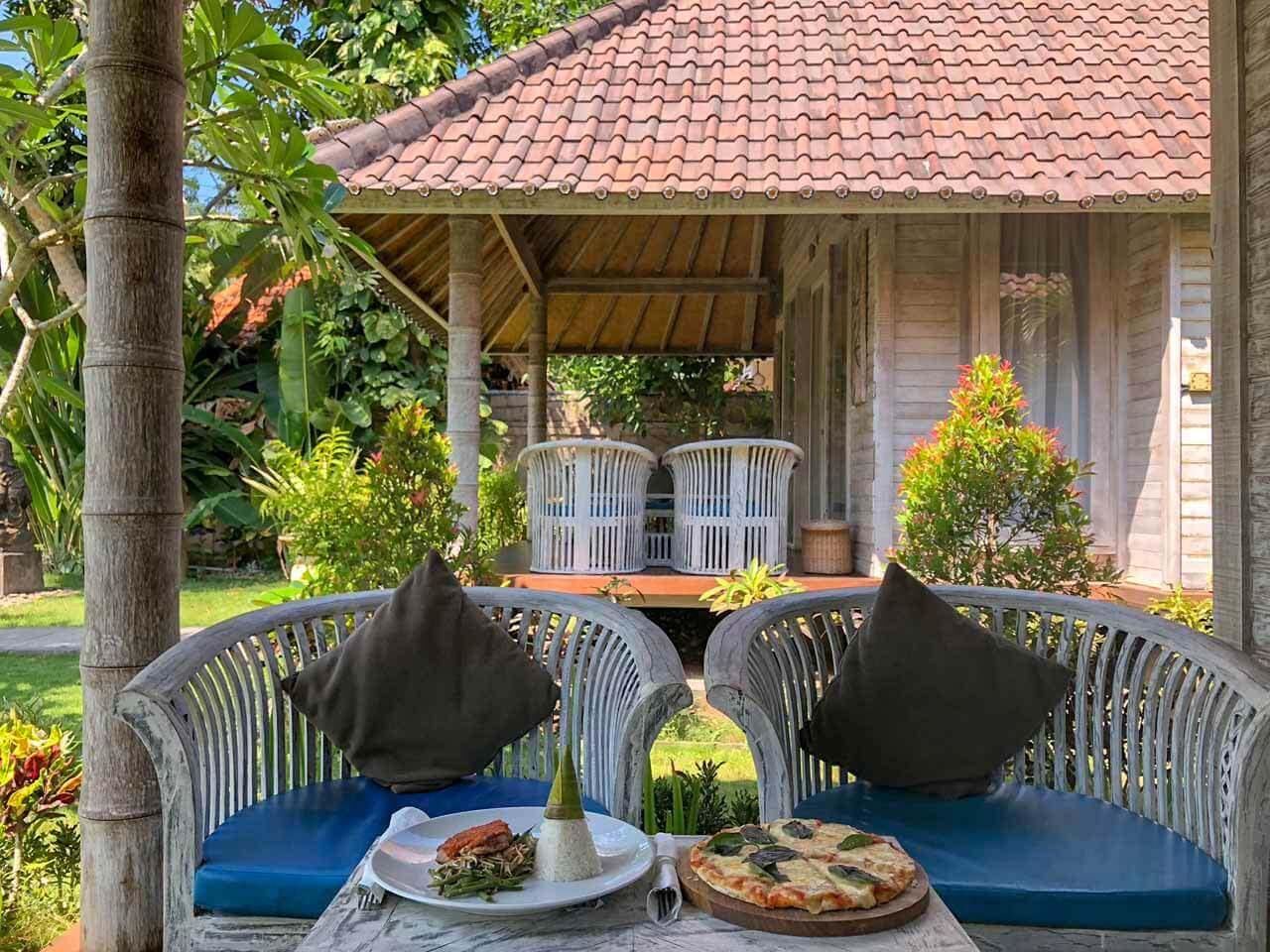 Almoço na varanda do quarto do The Palm Grove Villas