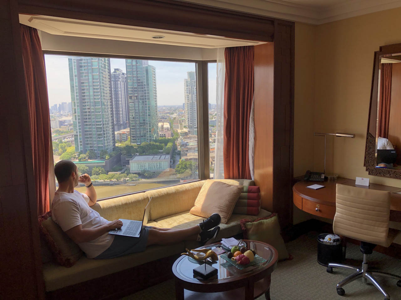 Sofá e vista do quarto do Shangri-la Bangkok