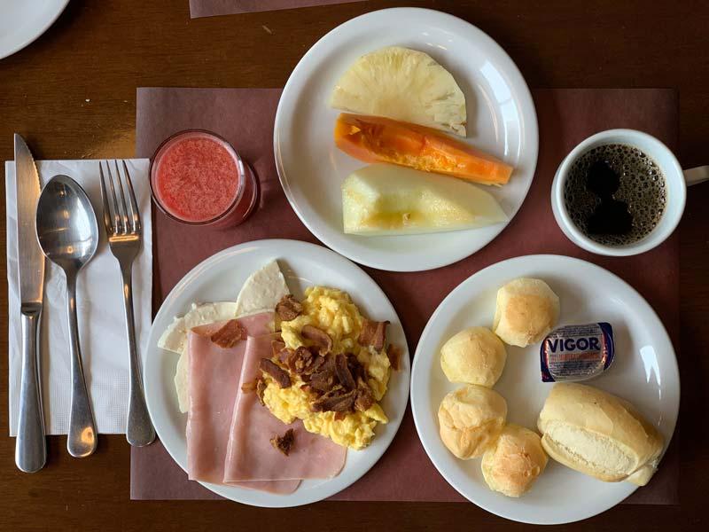 Delícioso café da manhã com várias opções no Hotel Transamérica Executive Moema em São Paulo