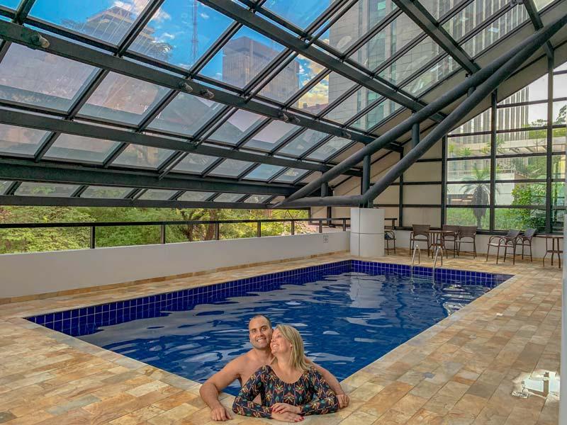 Cris e Rogério na piscina coberta e climatizadado hotel