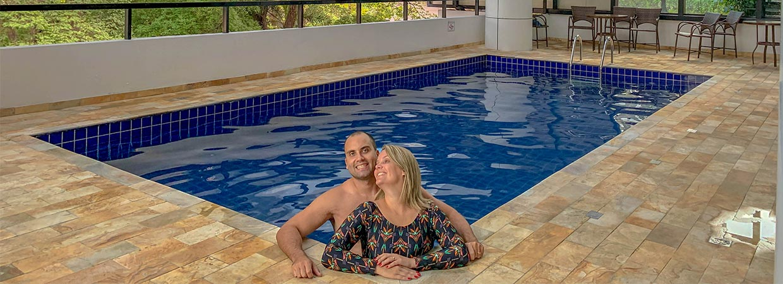 Cris e Rogério na piscina coberta e climatizada do hotel