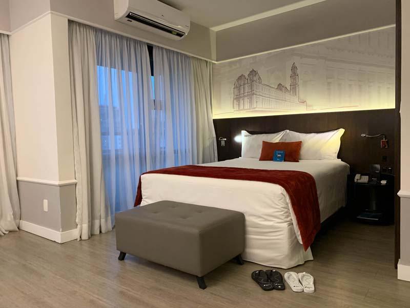 Cama confortável, decoração e ar condicionado