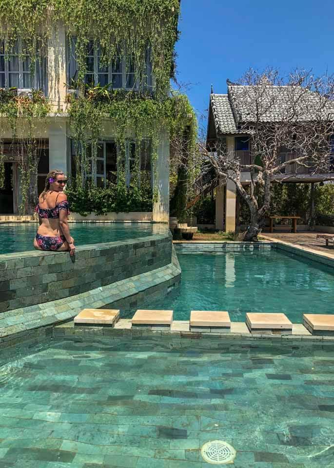 mulher tomando sol na piscina do hotel Boho Bingin