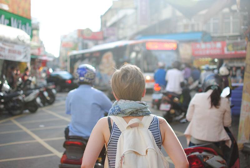 Mulher viajando sozinha com a Worldpackers