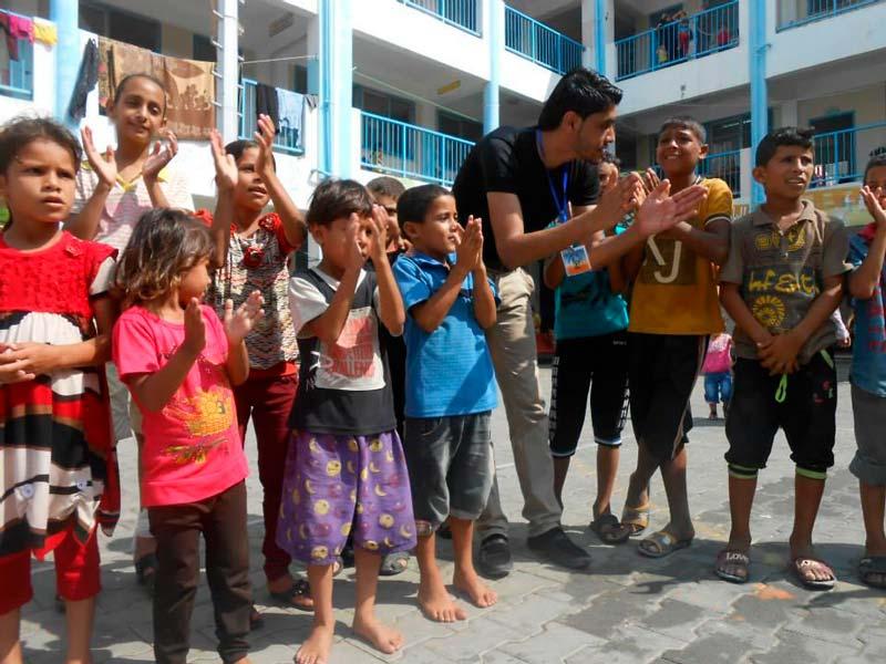 Trabalho voluntário com crianças em escola
