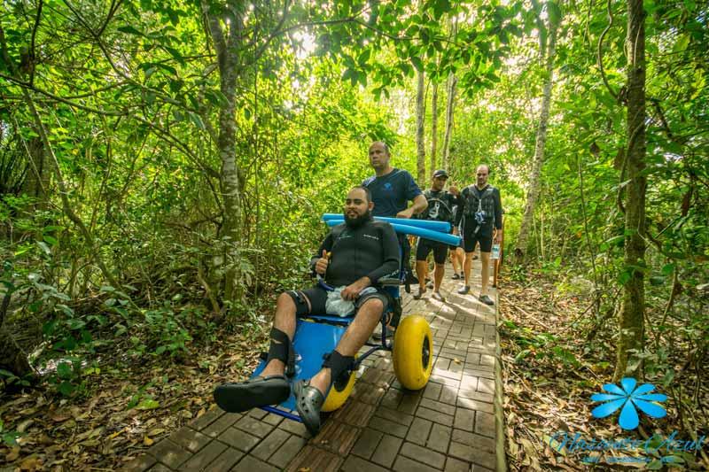 Cadeira de rodas flutuante para flutuação no Balneário Nascente Azul