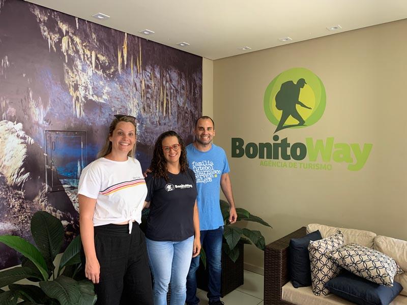 Cris e Rogério na agência de viagem Bonito Way