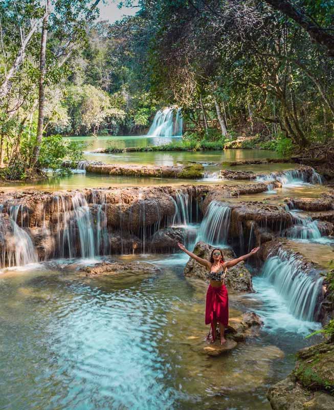 Mulher em cachoeira de águas cristalinas em Bonito MS