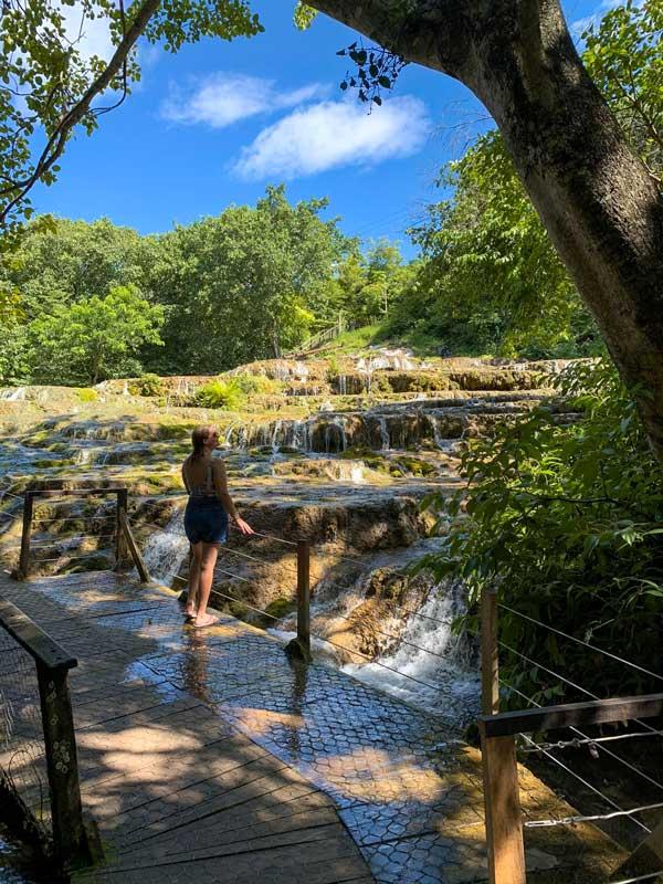 Cachoeira de tufas calcárias durante nosso passeio na Nascente Azul