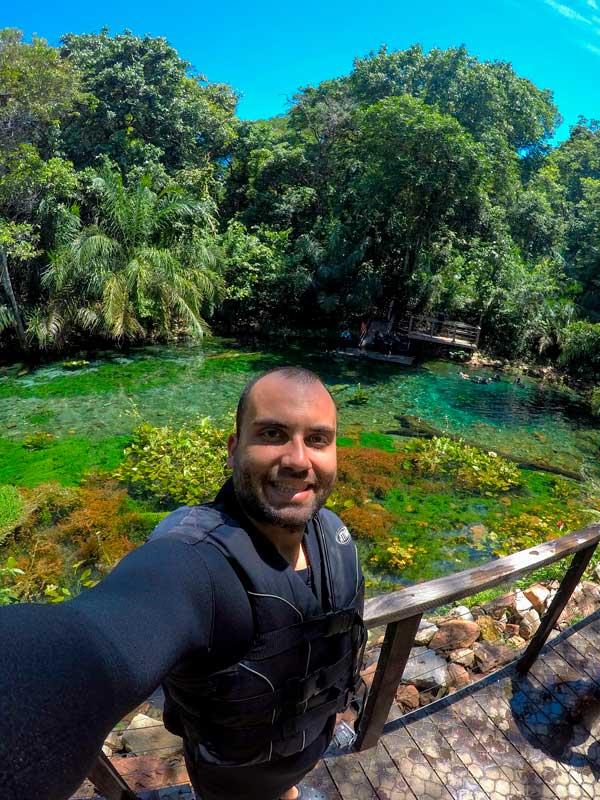 Selfie com a Nascente Azul ao fundo em nossa viagem para Bonito MS