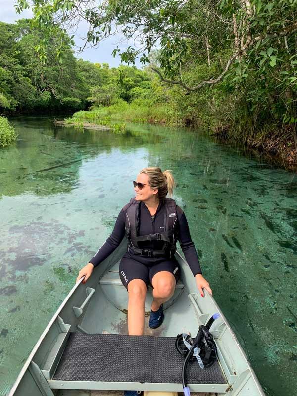 Barco sobre as águas transparentes do Rio Sucurí em Bonito MS