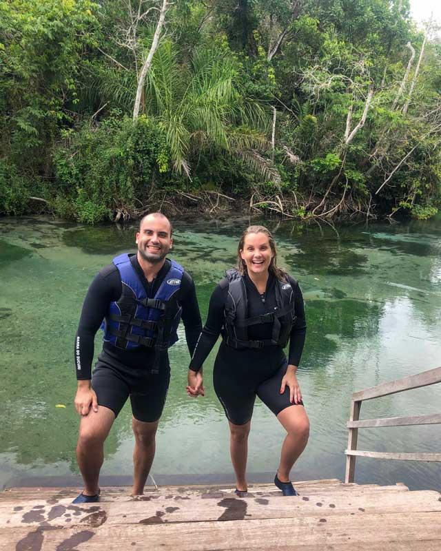 Cris e Rogério com roupas de flutuação em Bonito MS