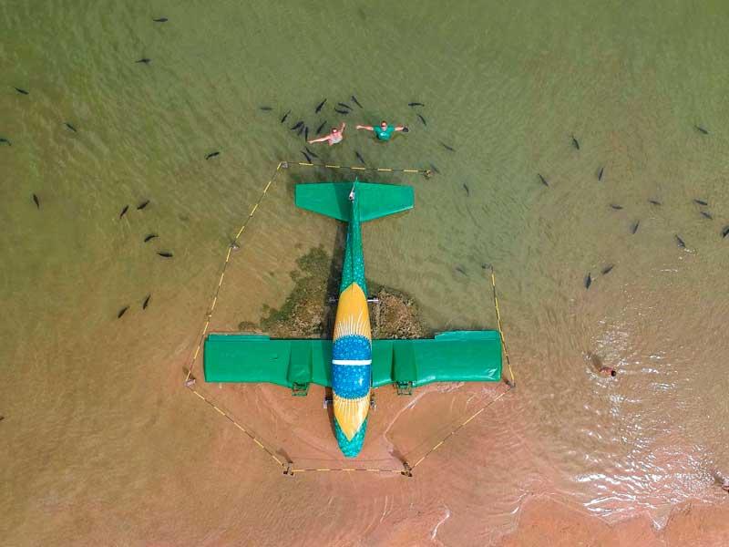 Foto aérea do avião colorido e Pacús da Praia da Figueira, não deixe de incruir a atração em seu roteiro de viagem para Bonito MS