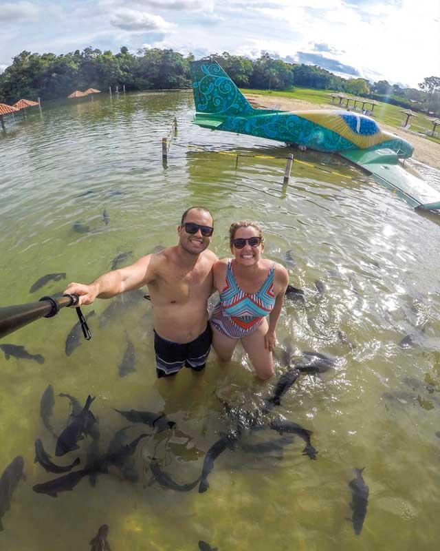 Selfie com avião e peixes na Praia da Figueira em Bonito