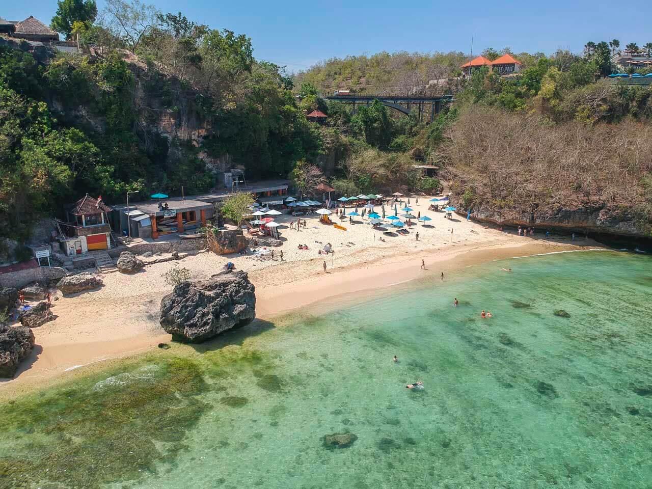Praia de Padang Padang vista do alto.